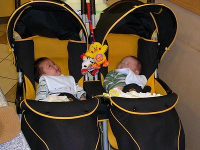 双子 写真 バギー ベビーカー